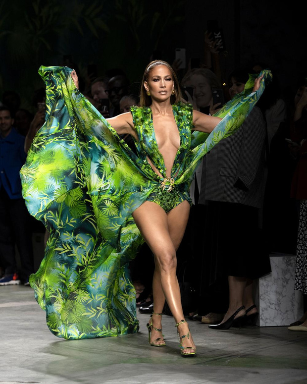 Milan Fashion Week: J-LO et sa jungle dress de Versace