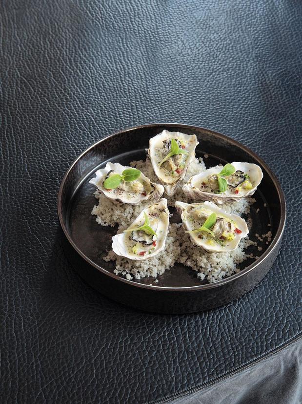 Warme oesters, tartaar van aardappelen, chorizo en Espelettepeper