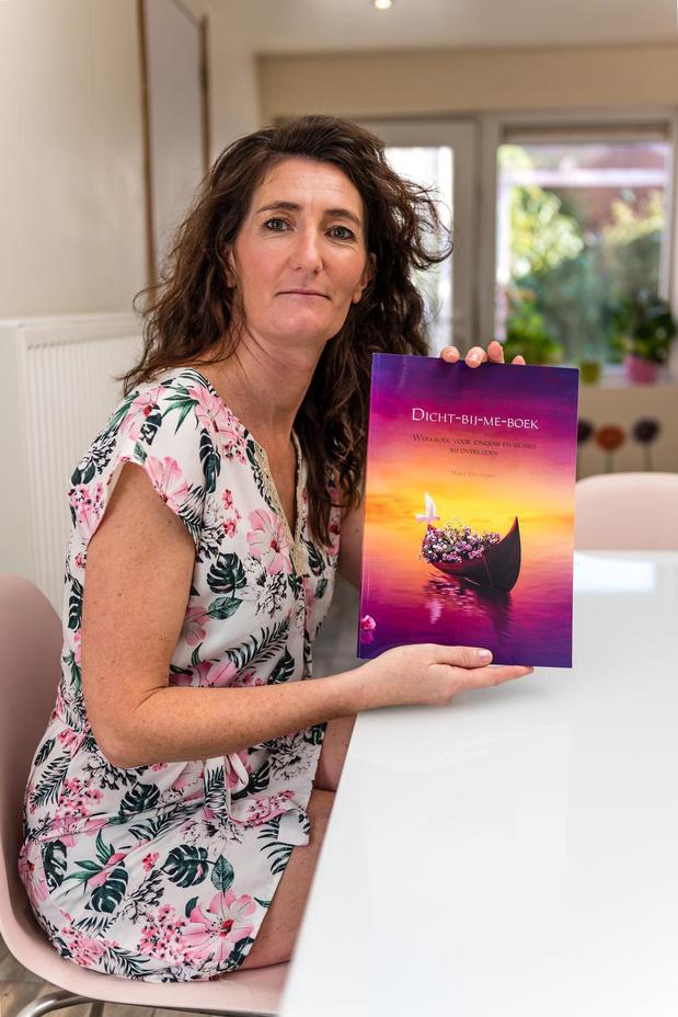 Rouwconsulente uit Izegem lanceert een 'Dicht-bij-me-boek'