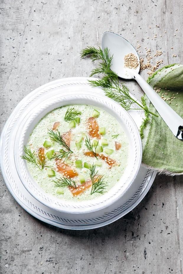 Soupe de concombre froide, saumon fumé, aneth et sésame