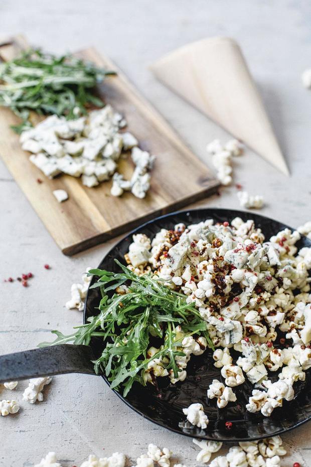 Popcorn met gorgonzola, karamel, roze peper en rucola