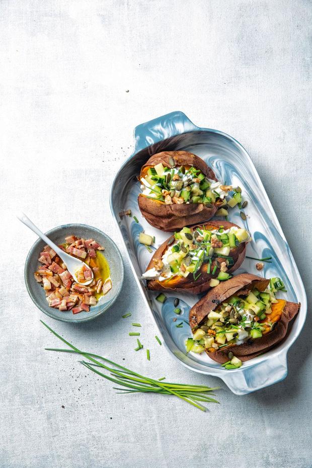 Gepofte zoete aardappel met koolrabi en komkommersalade