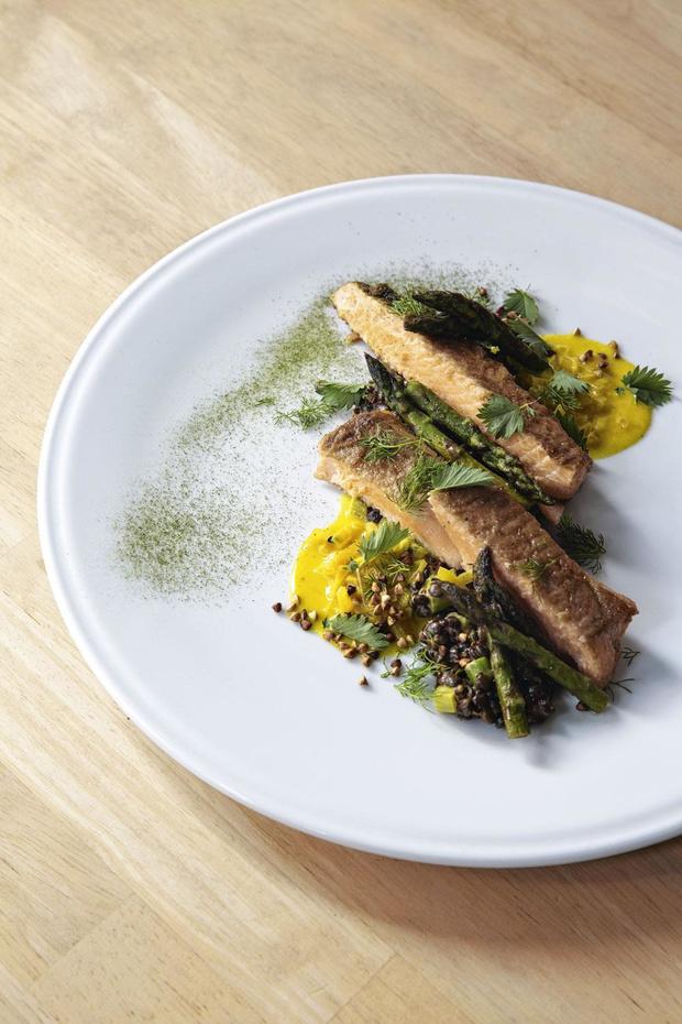 Truite saumonée de Freux, beurre blanc dashi curcuma et tombée d'asperges au risotto de lentilles