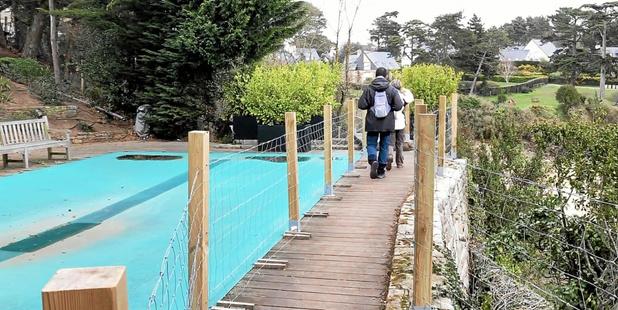 En Bretagne, le sentier du littoral plonge dans une piscine privée (VIDEO)