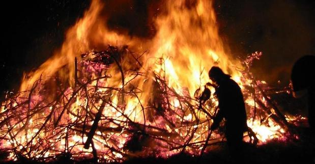 Kerstbomen verbranden in Sint-Eloois-Winkel