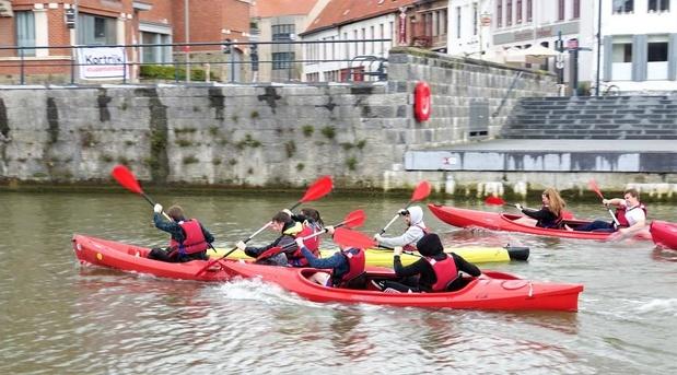 Na 5 jaar weer kajakrace voor studenten op de Leie in Kortrijk