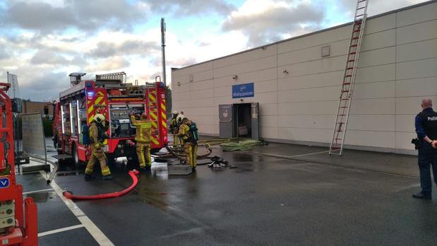 Video - Magazijnbrand bij speelgoedwinkel in Kuurne: veel rookschade, geen gewonden