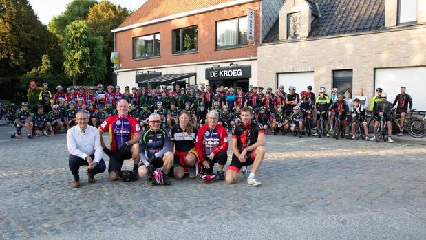 Fietsclubs rijden memorial voor overleden wielertoerist Noël De Rycke