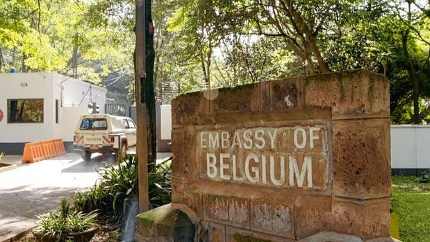 'De ambassade' biedt een andere blik op toeristen en lichtjes marginale medemensen
