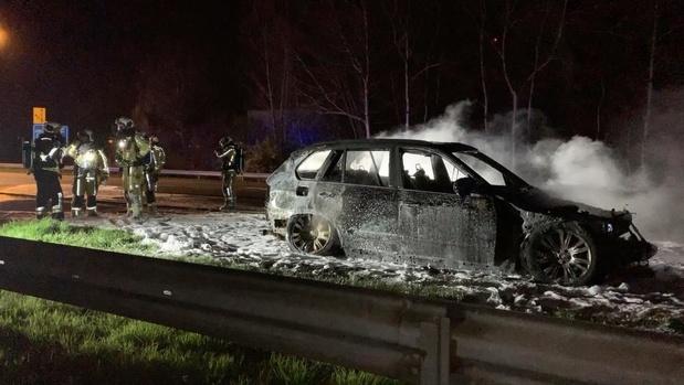 VIDEO - Man kan nog net uit zijn BMW stappen wanneer die vuur vat: voertuig volledig uitgebrand