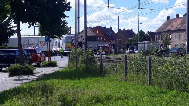 Vrachtwagen gegrepen door trein in Deerlijk, vijf gewonden