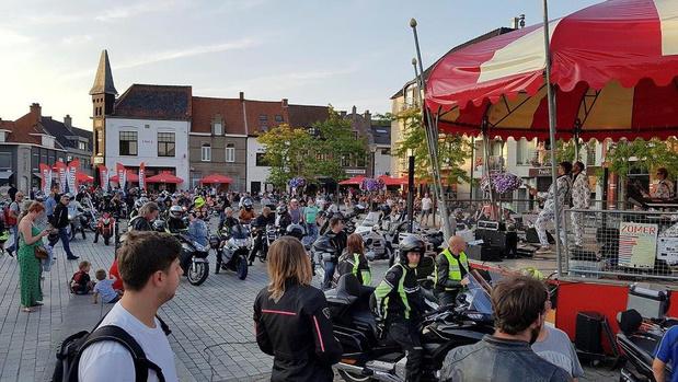 Nocturne Vlastreffen lokt meer dan 300 motorrijders naar overvol marktplein van Kuurne