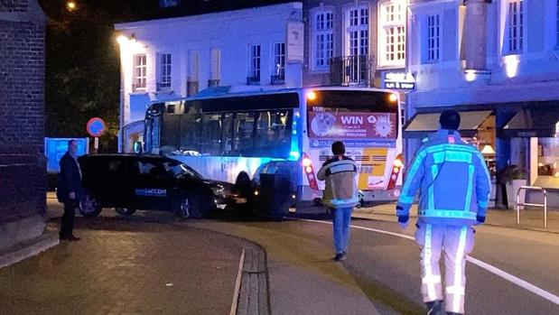 Ongeval tussen personenwagen en bus van De Lijn in Bruggestraat in Oostkamp