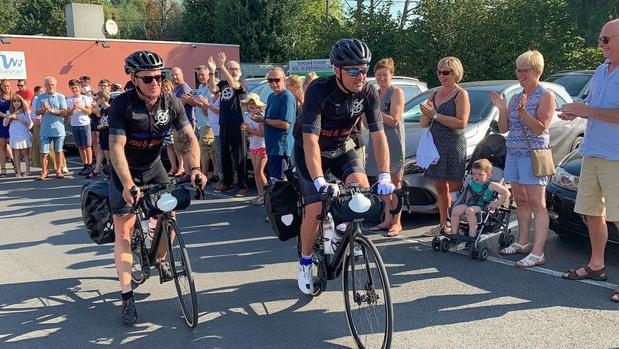 Grote menigte zwaait fietsers Ride4Stefanie uit in Kachtem