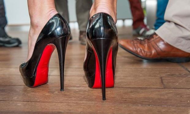 Familie Agnelli stapt in schoenenmerk Louboutin