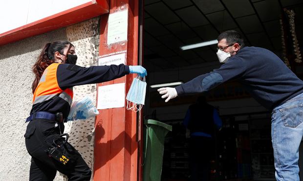 Reprise progressive du travail en Espagne où les cas de coronavirus diminuent