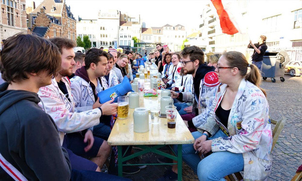 VIDEO - Kortrijkse studentenclubs verkiezen bierkeizer tijdens massacantus