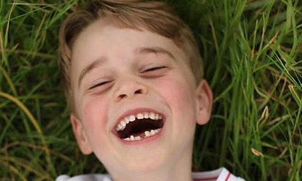 Pour ses 6 ans, le prince George pose en maillot de foot
