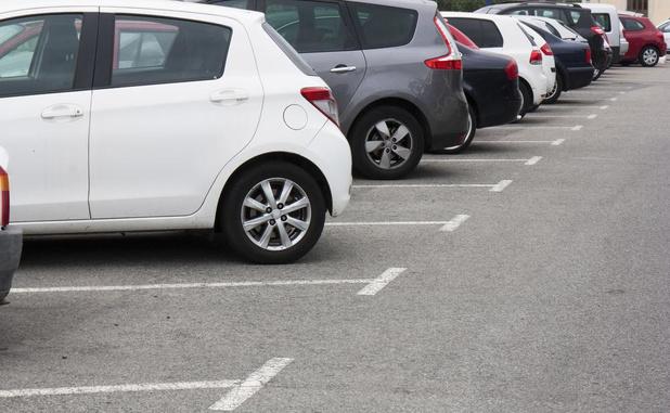 Liefst acht kustgemeenten in top tien van locaties waar aankoop parkeerplaats duurst is