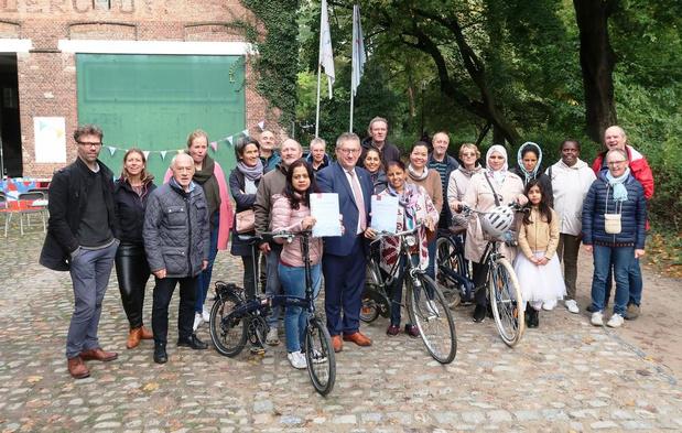Vrijwilligers leren volwassenen fietsen in Brugge