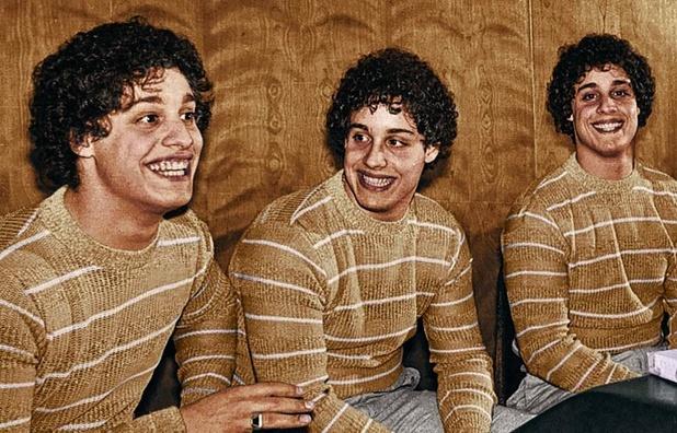 L'histoire de triplés séparés à la naissance et réunis vingt ans plus tard