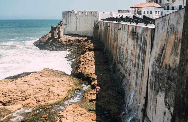 """Pèlerinage à la """"Porte de non-retour"""", lieu de départ des esclaves africains (en images)"""