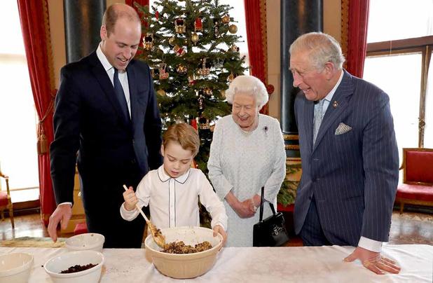 Elizabeth II, Charles, William et George préparent des puddings de Noël
