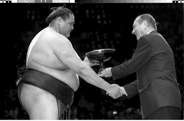 """""""Shiraku!"""": les Japonais se rappellent la passion de Chirac pour le sumo"""
