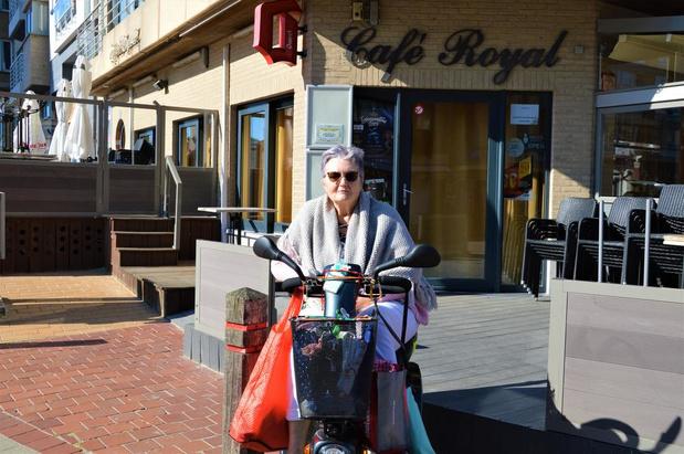 """Vrouw met scootmobiel voelt zich geviseerd in Café Royal: """"Iedereen is hier welkom"""""""