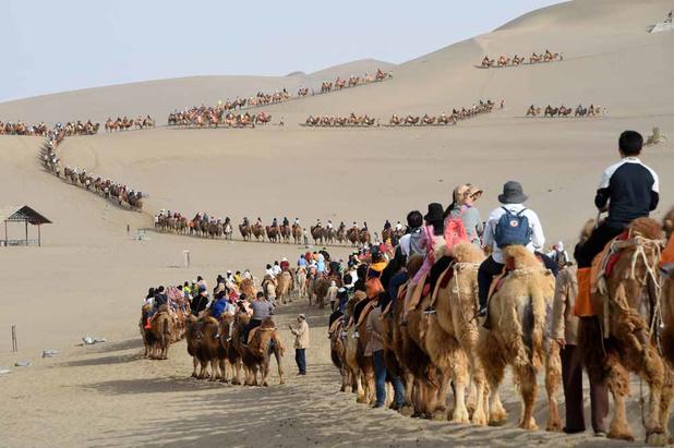 Route de la soie: ces touristes à l'assaut des dunes Dunhuang (en images)
