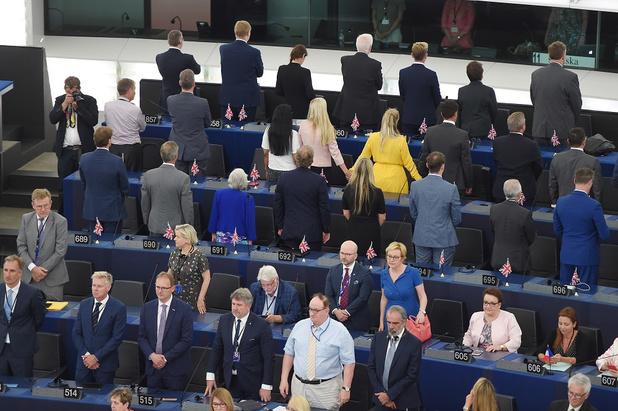 Les élus du Brexit Party tournent le dos lors de l'hymne européen au Parlement