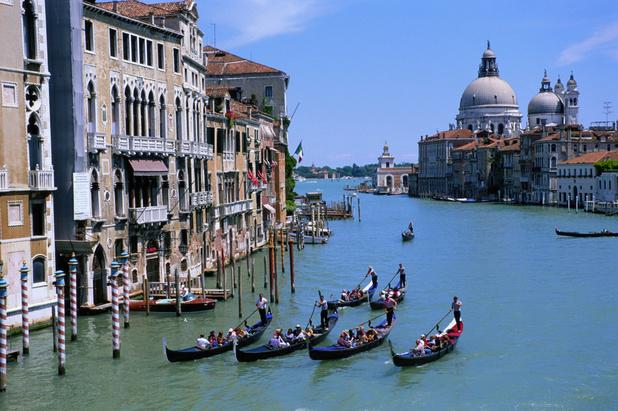 Venetiaanse gondeliers duiken het water in om afval te verzamelen