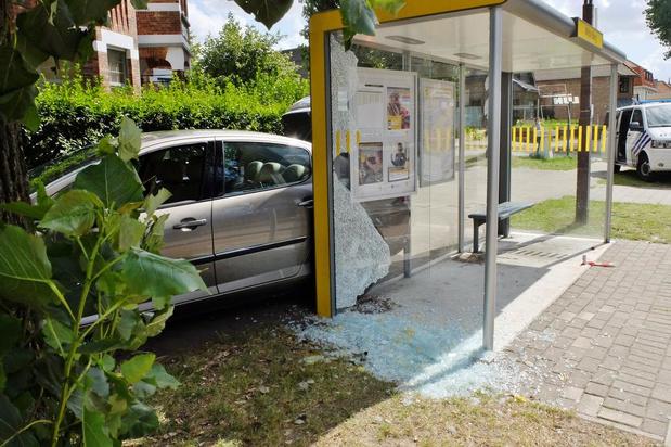 Wagen ramt bushokje in Oostduinkerke