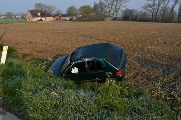 Wagen belandt in gracht in Pittem, bestuurder vlucht te voet