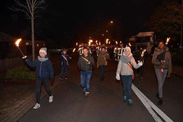 Sympathisanten herdenken gesneuvelden en oorlogsslachtoffers met fakkeltocht in Kuurne
