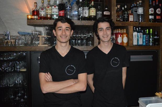 Broers De Cock samen achter de toog in nieuwe bar Barlow