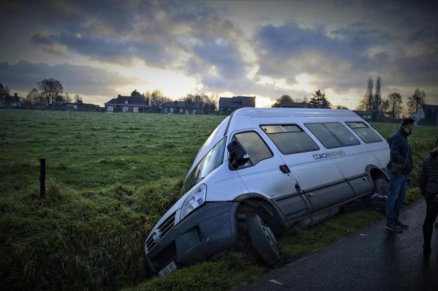 Schoolbusje kan slippende wagen maar net ontwijken en belandt in de gracht