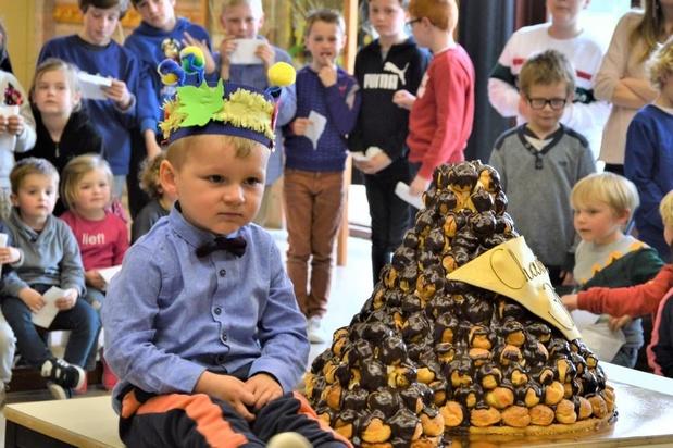 Bakkerskoppel trakteert de hele school op taart voor zoonliefs derde verjaardag