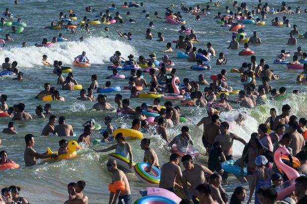 """La plage en Chine: """"jamais sans ma bouée"""" (en images)"""