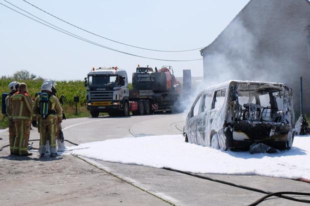 Wagen brandt om onbekende redenen volledig uit in Izenberge