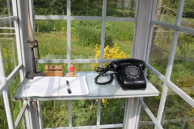 Via een ouderwetse telefoon bellen met het hiernamaals