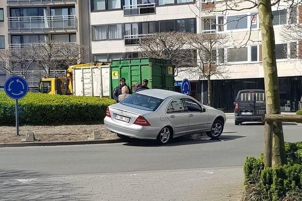 Auto mispakt zich op rotonde aan 't Paard en plant zich op betonblokken