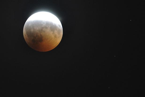 Maan viert verjaardag Apollo-lancering op geheel eigen wijze