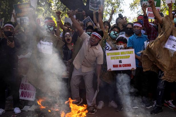 Birmanie: des milliers de manifestants dans les rues, raid mortel