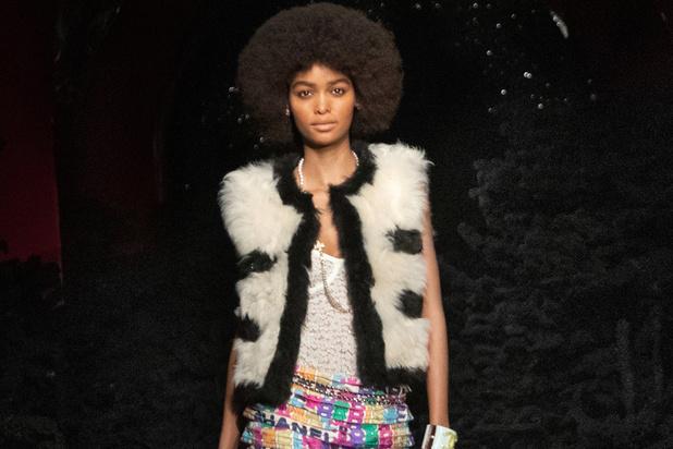 Chanel défile dans l'intimité d'une boîte de nuit parisienne