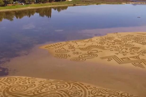 La poésie de l'éphémère: ces gravures sur sable s'effacent à chaque marée (vidéo)