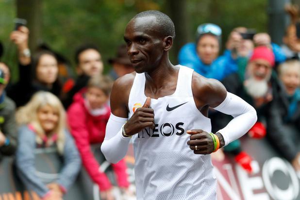 Eliud Kipchoge loopt als eerste marathon in minder dan 2 uur