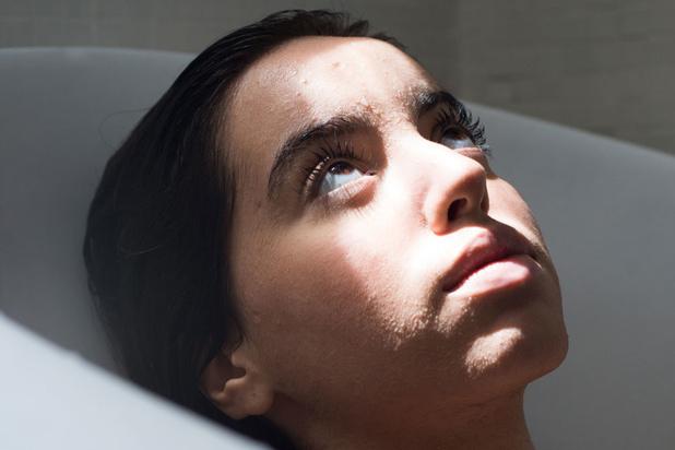Dit is actrice Nora Dari: 'Er is niets materieels dat me dierbaar is'