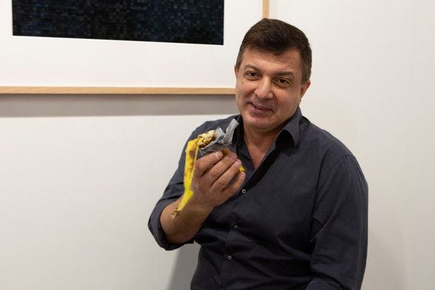 """""""J'ai attendu d'avoir faim"""": l'artiste qui a mangé une banane à 120.000 dollars fier de lui"""
