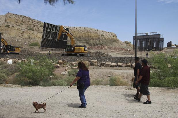 Des soutiens de Trump construisent un mur privé à la frontière mexicaine